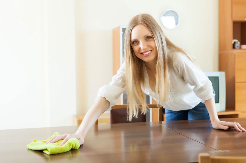 asztal letörlése természetes tisztítószerrel