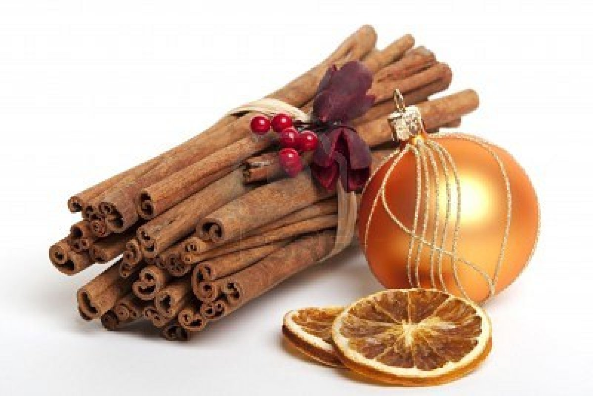 cinnamon-sticks-with-dried-oranges-christmas-decoration-5763716-cinnamon-sticks-with-dried-oranges-christmas-decoration