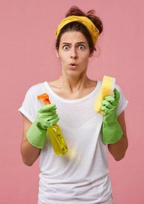 meglepett takarító nő