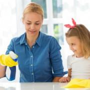 Szülő takarít a gyerekével